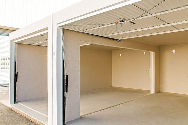 Double_garage_en_retrait_milieu du_mur
